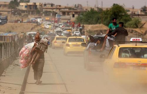 گریختن غیر نظامیان از مناطق جنگی در غرب شهر موصل عراق