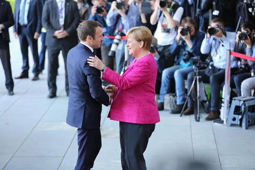 نخستین سفر خارجی امانوئل ماکرون رییس جمهور جدید فرانسه به برلین و دیدار با آنگلا مرکل صدراعظم آلمان