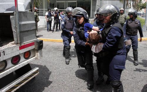 دستگیری معترضان حکومت در جریان تظاهرات ضد دولتی در شهر والنسیا ونزوئلا