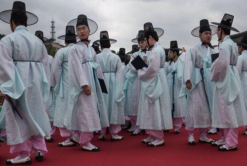 دانشجویان 19 ساله در مراسم سنتی رسیدن به سن قانونی در روستایی در حومه شهر سئول کره جنوبی