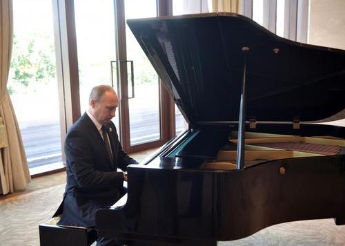پیانونوازی ولادیمیر پوتین رییس جمهور روسیه در حاشیه دیدار از چین – پکن