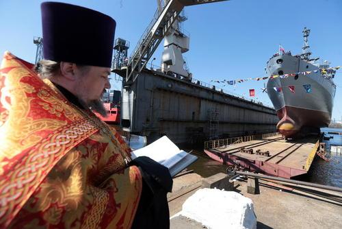 به آب انداختن یک کشتی هوشمند جدید در بندر سنت پترز بورگ روسیه و دعا خوانی یک کشیش ارتدوکس در این مراسم