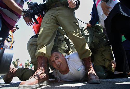 دستگیری یک معترض فلسطینی از سوی سربازان اسراییلی – نابلس