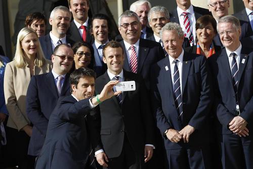 عکس سلفی گرفتن اعضا و مدیران کمیته ملی المپیک فرانسه با رییس جمهور جدید این کشور در کاخ الیزه – پاریس