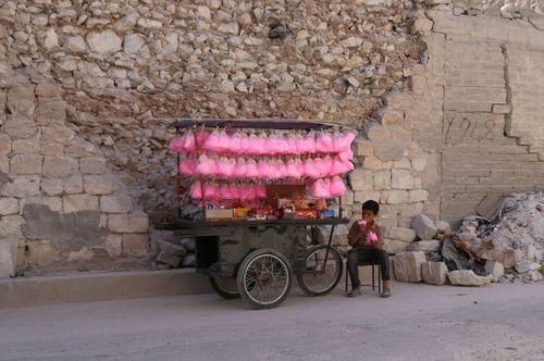 نوجوان سوری پشمک فروش در شمال شهر حلب