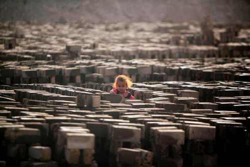 یک کارگاه آجرسازی در حومه شهر نجف عراق