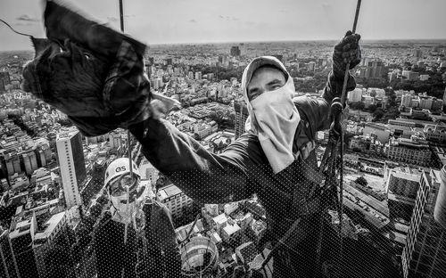 تمیز کردن شیشه های نمای یک برج بلند مرتبه در شهر هوشی مینه ویتنام