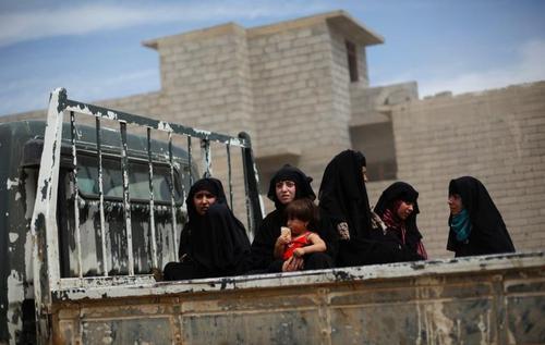 شهروندان غیر نظامی در حال فرار از مناطق غربی شهر موصل عراق