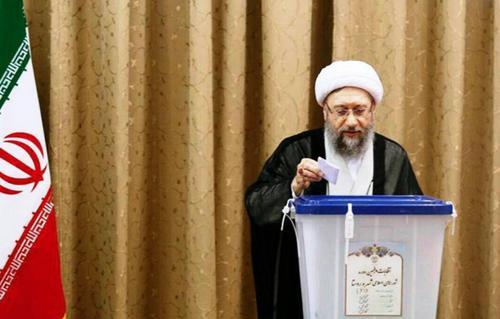 صادق آملی لاریجانی، رئیس قوهقضاییه رأی خود را به صندوق انداخت