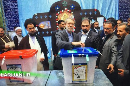 علی لاریجانی (رئیس مجلس) با حضور در مسجد جامع حضرت ابوالفضل (ع) قم رای خود را به صندوق انداخت