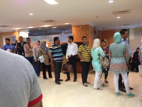 صف رایدهندگان انتخابات ریاست جمهوری در کنسولگری ایران در مالزی.