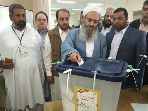 مولوی عبدالحمید امام جمعه اهل سنت زاهدان رای خود را به صندوق انداخت
