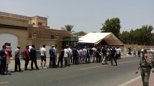صف رای دهندگان مقابل سرکنسولگری ایران در دبی