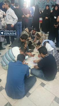 مردم در حال نوشتن اسامی کاندیدای خود روی تعرفه ها،  حسینیه ارشاد تهران
