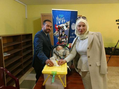 رای دادن مرد ایرانی به همراه همسر روس خود در مسکو- روسیه / عصر ایران