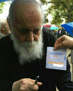 هوشنگ ابتهاج (سایه) شاعر بزرگ، رای خود را به در صندوق انداخت.