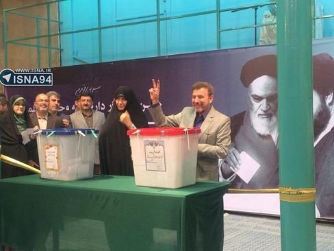 12:53- محمود واعظي وزير ارتباطات با حضور در حسینیه جماران رای خود را به صندوق انداخت