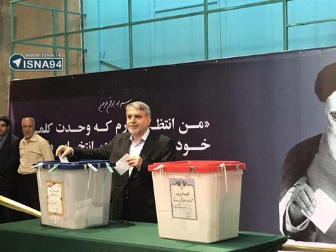 12:50 صالحی امیری وزیر ارشاد با حضور در حسینیه جماران رای خود را به صندوق انداخت