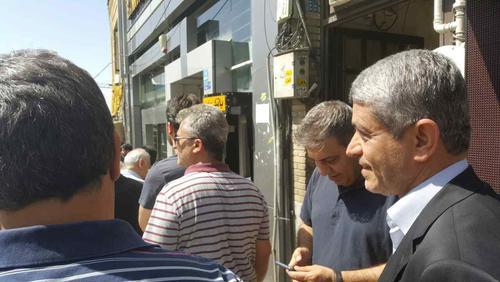 11:00- طیب نیا، وزیر اقتصاد در اولین ساعات رای گیری در صف طولانی حوزه رای گیری مسجد الرسول حاضر شد