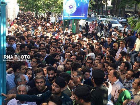 ازدحام جمعیت مقابل حسینیه ارشاد تهران