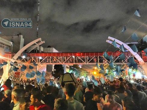 حضور گسترده و شادی مردم در تهران، نارمک، میدان هفتحوض