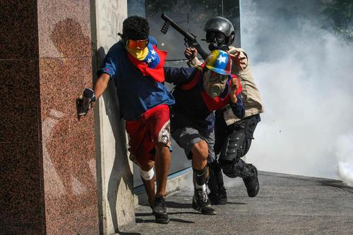 تنش و درگیری بین مخالفان حکومت و نیروهای امنیتی در پایتخت کشور آشوب زده ونزوئلا. برخی مخالفان هنرمند به نشانه اعتراض به حکومت در میانه درگیری ها ساز می نوازند