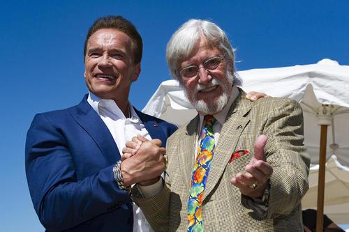 آرنولد شوارتزینگر هنرپیشه و قهرمان سابق پروش اندام جهان در جشنواره سالانه فیلم در کن فرانسه
