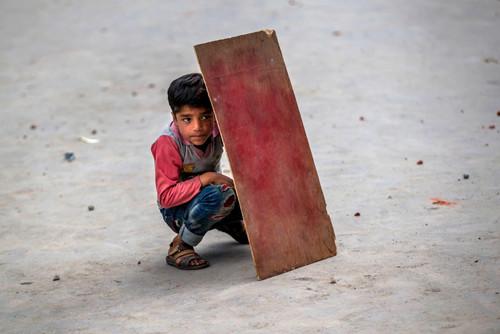 سپر کودک  کشمیری برای محافظت از خود در جریان اعتراضات هفتگی جوانان کشمیری علیه پلیس هند
