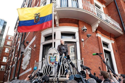 کنفرانس خبری جولیان آسانژ مدیر وب سایت افشاگر ویکی لکس از بالکن سفارت اکوادور در لندن