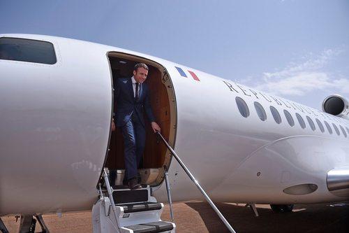 سفر امانوئل ماکرون رییس جمهور جدید فرانسه به کشور آفریقایی مالی برای بازدید از نیروهای فرانسوی مستقر در آنجا