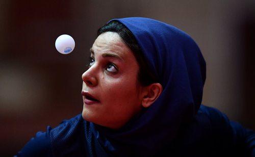 ندا شهسواری ورزشکار ایرانی در حال بازی با رقیب ترکیه ای در مسابقات تنیس روی میز در چارچوب چهارمین دوره بازی های کشورهای اسلامی – باکو