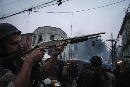 حمله پلیس برزیل به یک محله بدنام تجمع قاچاقچیان و معتادان به مواد مخدر در شهر سائوپائولو
