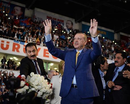 رجب طیب اردوغان در نشست حزب حاکم عدالت و توسعه ترکیه برای انتخاب رهبر جدید. با تغییر قانون اساسی ترکیه اردوغان می تواند بار دیگر مقام دبیر کلی این حزب را به دست بگیرد- آنکارا
