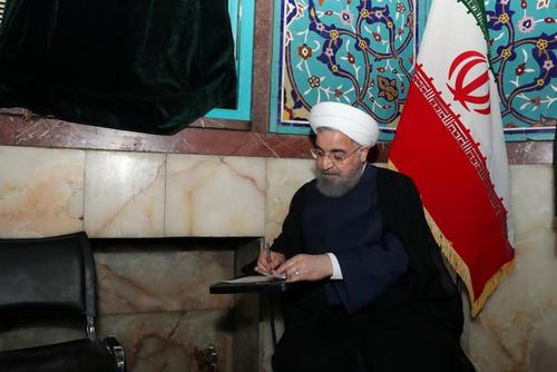 عکس رویترز از لحظه نوشتن رای حسن روحانی رییس جمهور ایران در انتخابات اخیر ریاست جمهوری – حسینیه ارشاد تهران