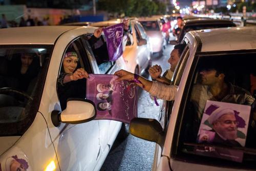 عکس رویترز از شادی خیابانی حامیان حسن روحانی پس از پیروزی او در انتخابات – تهران