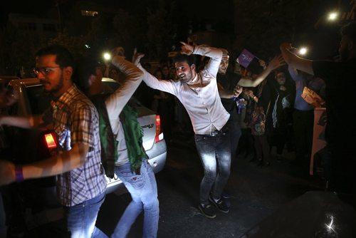 عکس خبرگزاری آسوشیتدپرس از شادی خیابانی حامیان حسن روحانی پس از پیروزی در انتخابات - تهران