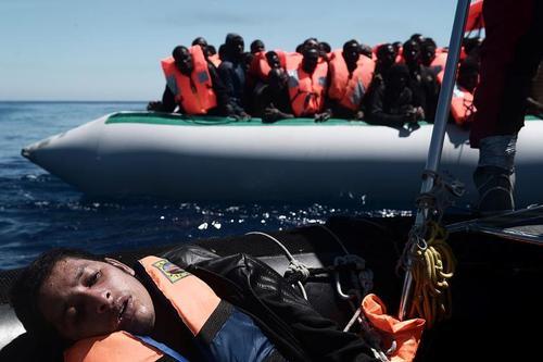 نجات پناهجویان عازم اروپا از غرق شدن در دریای مدیترانه