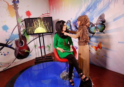 درست کردن لباس های مجری 20 ساله شبکه تلویزیونی جدید زنان در افغانستان – کابل