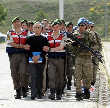 برگزاری نخستین جلسه محاکمه 221 مظنون به دست داشتن در کودتای نافرجام اخیر ترکیه در آنکارا . فرد در ابتدای صف فرمانده سابق نیروی هوایی ترکیه است