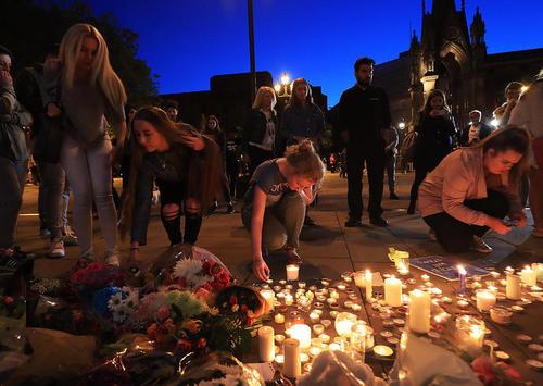 روشن کردن شمع برای ابراز همدردی با خانواده قربانیان حادثه تروریستی دوشنبه شب در منچستر انگلیس
