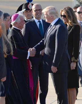 فرستاده واتیکان در مراسم استقبال از دونالد ترامپ در فرودگاه شهر رم ایتالیا