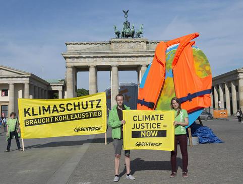 گردهمایی فعالان محیط زیست در دروازه شهر برلین با شعار قطع فوری مصرف ذغال سنگ و نجات کره زمین