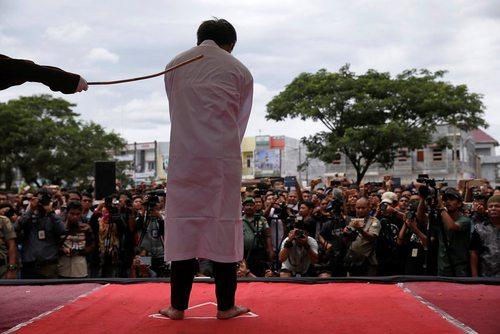 شلاق زدن یک مرد همجنسگرا در آچه اندونزی
