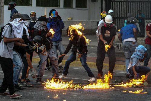 ادامه تظاهرات مخالفان حکومت ونزوئلا در پایتخت – کاراکاس
