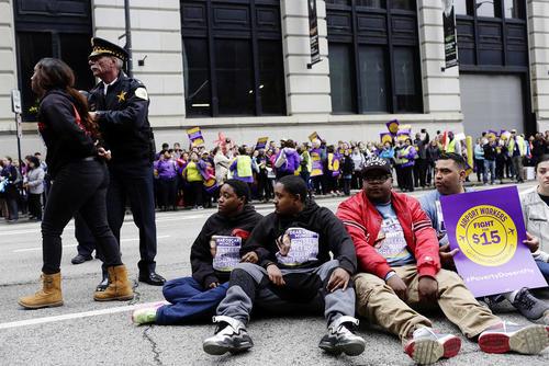اعتصاب و گردهمایی کارکنان فرودگاه شهر شیکاگو آمریکا برای دریافت حقوق بیشتر