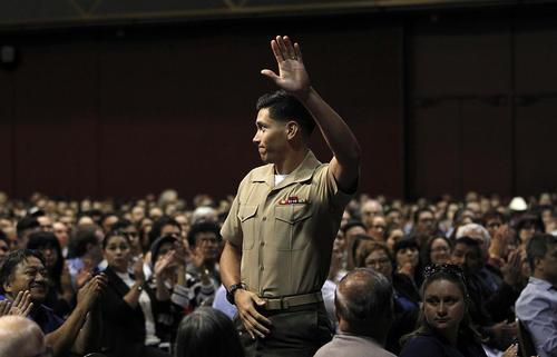 مراسم رسمی اعطای شهروندی آمریکا به صدها مهاجر در سان دیه گو کالیفرنیا