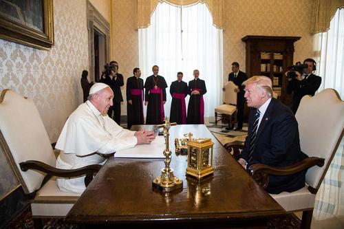 تصویری از دیدار دوجانبه پاپ فرانسیس و دونالد ترامپ