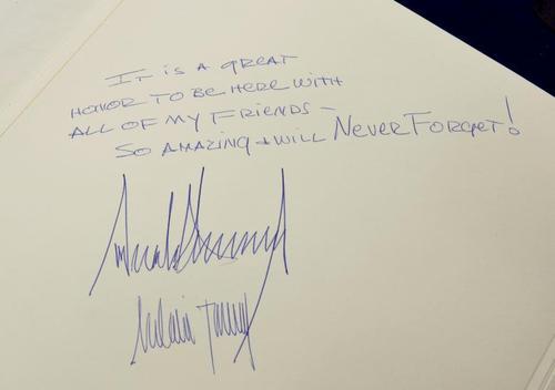 امضای ترامپ و ملانیا در دفتر موزه هولوکاست در اسراییل : بودن دراینجا به همراه دوستانم مایه افتخار بزرگی است. بازید خیلی جالبی بود و هرگز فراموش نخواهم کرد/ امضا: دونالد ترامپ – ملانیا ترامپ