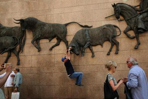 عکس یادگاری با مجسمه های دیواری الصاق شده به یک استادیوم گاوبازی در شهر مادرید اسپانیا