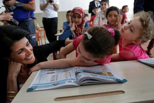 بازدید نیکی هیلی سفیر آمریکا در سازمان ملل از یک مدرسه پناهجویان سوری در شهر آدانا ترکیه . بودجه این مدرسه را آمریکا پرداخت می کند